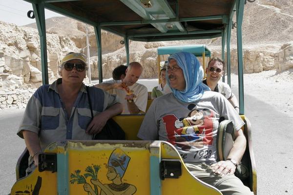 (c) 2006 jcdv - In het treintje op weg naar de tempel van Hatsjepsoet
