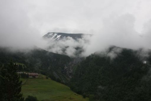 Bewolking rondom een berg.