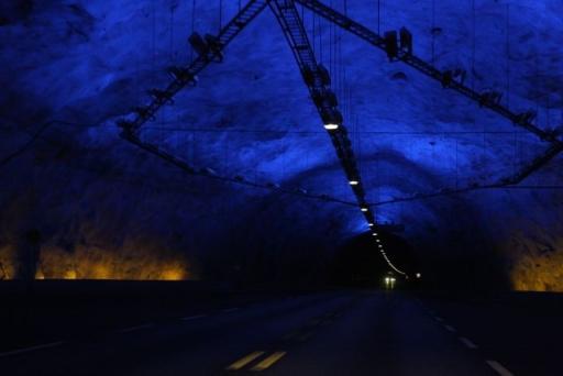 De prachtige verlichte tunnel van 24,5 kilometer lang.