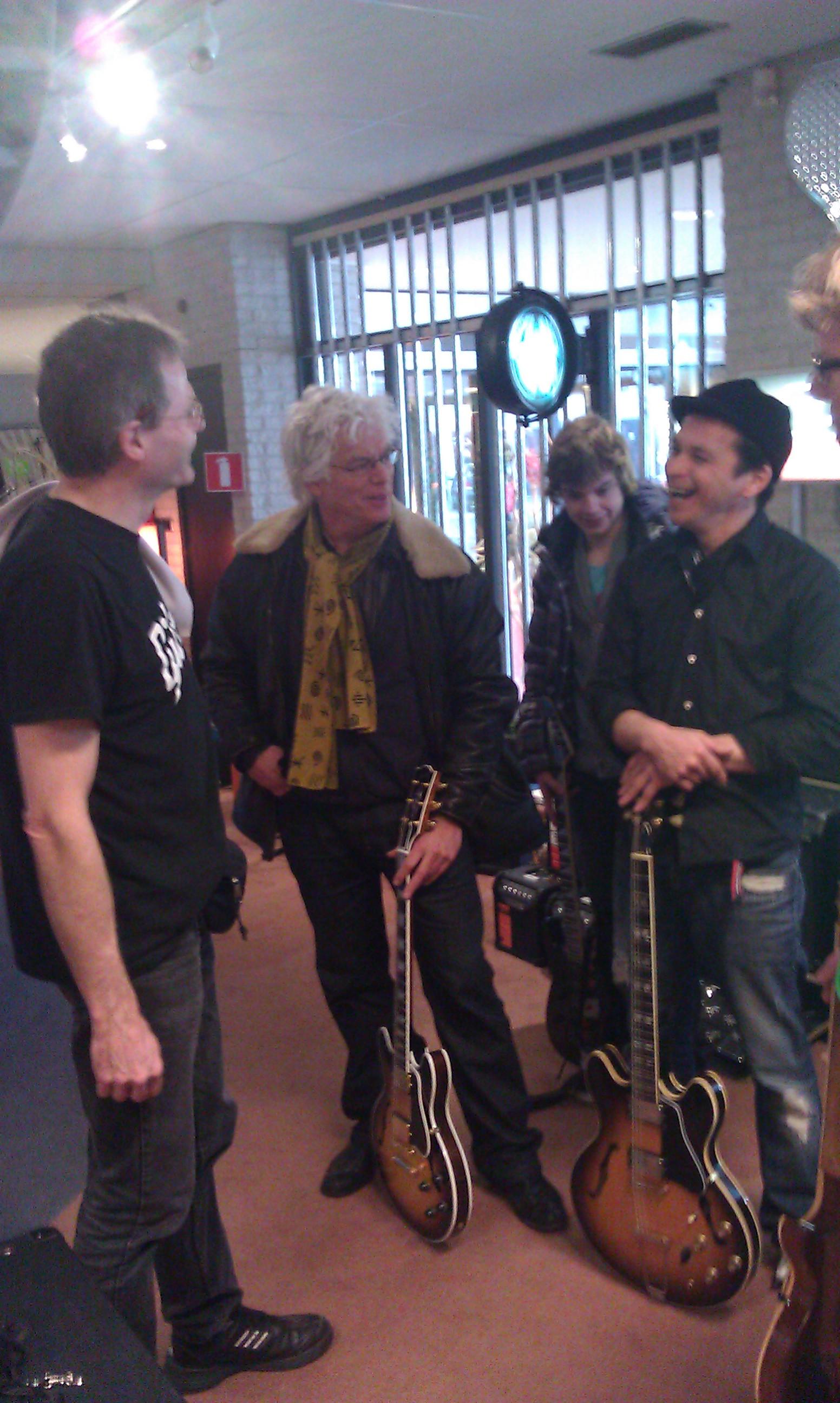 Gibson dag bij Tonika, links Andy Knapp.